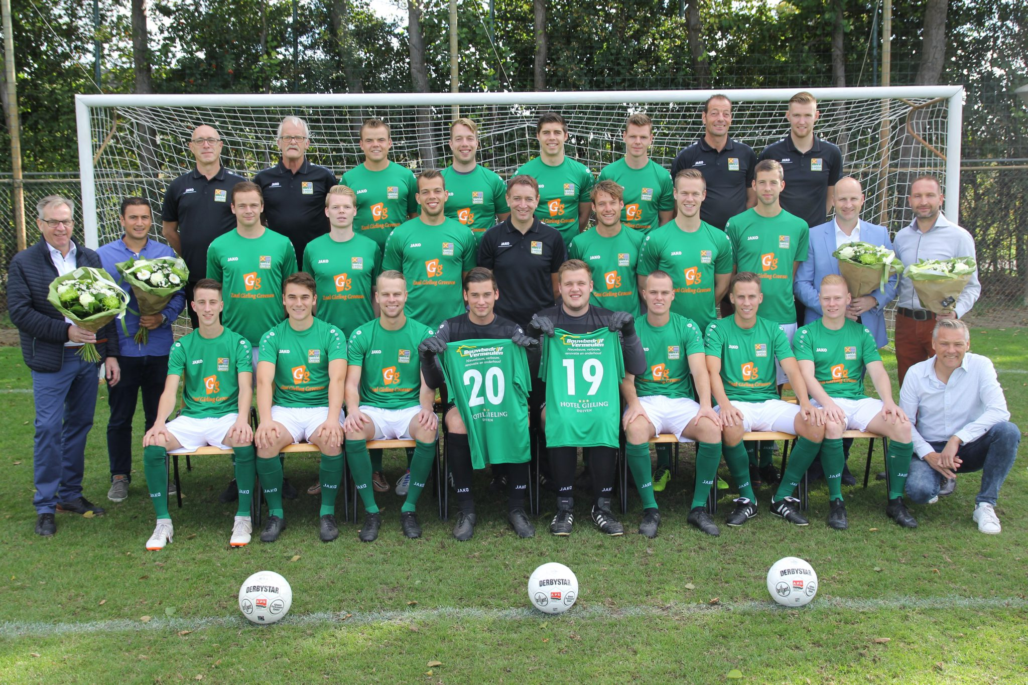 Eerste elftal Groessen presenteert shirt met nieuwe hoofdsponsors